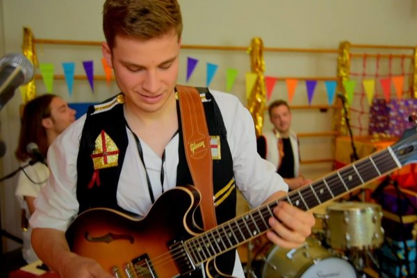 Sint & Friends Liveband gitarist